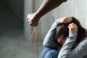 Košmaras Elektrėnuose: girtas vyras gatvėje sumušė ir išžagino nepilnametę