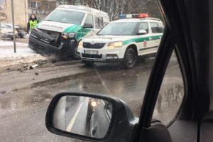 Į slidžių Kauno gatvių spąstus pakliuvo ir pareigūnai