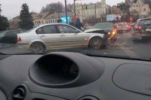 Miesto centre eismą paralyžiavo dviejų BMW avarija