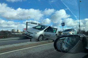 """Vilniuje į avariją pateko """"Taxify"""": užvažiavo ir pakibo ant atitvarų"""
