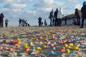 Vokietijos saloje krantą nuklojo žaisliniai kiaušiniai