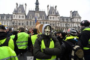 """Prancūzijoje į gatves grįžta """"geltonųjų liemenių"""" protestai"""