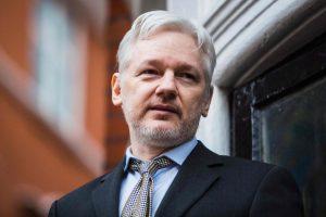 """""""WikiLeaks"""" įkūrėjui bus grąžinta galimybė komunikuoti su išorės pasauliu"""