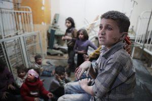 Aukų daugėja: dėl įtariamos cheminės atakos Sirijoje jau mirė 86 žmonės