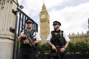 Londone prie parlamento suimtas peiliu ginkluotas vyras