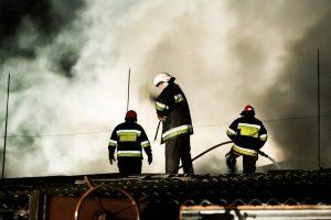 Varėnos rajone liepsnos naikina gyvenamąjį namą