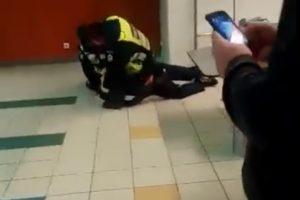 Vaizdo įrašas atima žadą: pareigūnas talžo ant žemės pargriautą vyrą
