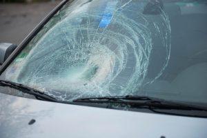Pasvalyje girtas BMW vairuotojas perėjoje partrenkė moterį ir pasišalino