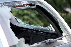 Tryškiuose siautėjo chuliganai: niokojo mašinas, peršovė žmogų