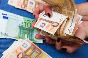 Iš panevėžietės rankinės pradingo 20 tūkst. eurų