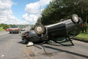 Sprogus padangai automobilis apvirto ant stogo (sužeisti du žmonės)