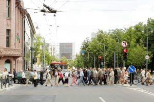 Siūloma uždrausti pėstiesiems naudotis telefonais perėjose