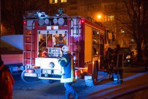 Užsiliepsnojus balkonui, evakuoti namo gyventojai