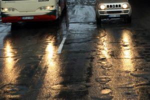 Įspėja: keliuose yra slidžių ruožų, galimas plikledis