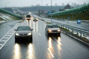 Kelių būklė ir eismo sąlygos: yra ir sausų, ir šlapių kelio ruožų
