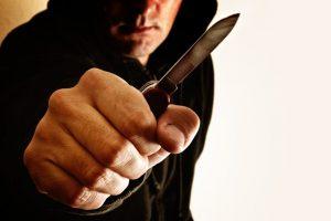 Po bandymo apginti nepažįstamąjį pasruvo krauju – užpuolikas peiliu pradūrė plautį
