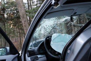 Varėnos rajone automobilis rėžėsi į medį, sunkiai sužalota vairuotoja
