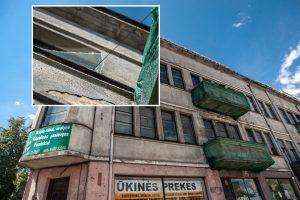 Baugina geležinkelio stoties vaiduoklis: gali sužeisti krentantys stiklai ir balkonai