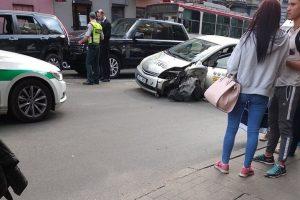 Vilniuje sutrikus taksi vairuotojo sveikatai, per avariją nukentėjo keleivė