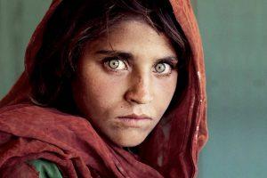 """Garsioji """"National Geographic"""" žaliaakė deportuota iš Pakistano"""