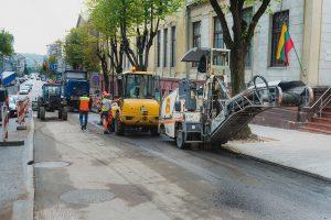 """""""Autokaustą"""" toliau klampina brokas – turės perkloti asfaltą Maironio gatvėje"""
