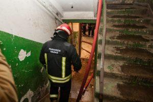 Incidentas Kauno daugiabutyje: vyrui išgelbėti išpjauti turėklai