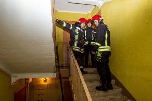 Ugniagesiai išgelbėjo neaišku kiek ant grindų išgulėjusią bejėgę moterį