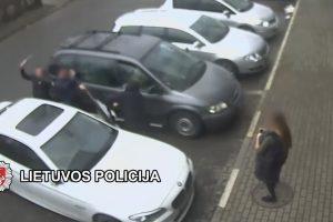Įkliuvo A. Buikį strypais talžę bušido kovotojai (užpuolimo video)
