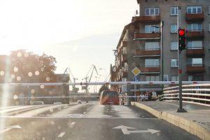Pilies tiltas vos nepakilo su ant jo pakibusiu automobiliu