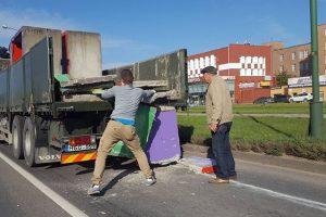 Klaipėdoje iš sunkvežimio iškrito krovinys