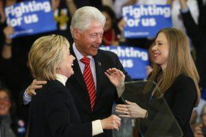 """Hillary ir Billas jaučiasi """"devintame danguje"""" dėl vaikaičio gimimo"""