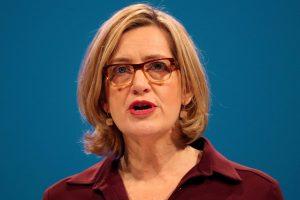 Britanijos vidaus reikalų sekretorė atsistatydino kilus skandalui dėl imigrantų
