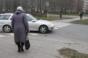 Pėsčiųjų perėjoje sunkiai sužalota moteris