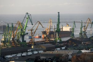 Ant seklumos užplaukęs laivas – nutemptas į uostą