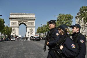 Prie Paryžiaus atakos vykdytojo kūno rastas IS liaupsinantis raštelis