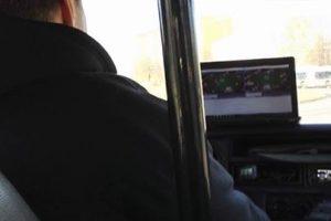 Keleiviai šokiruoti: mikroautobusą vairavęs vyras žaidė pokerį