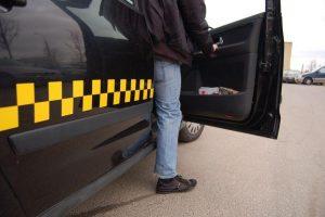 Prieš automobilyje gyvenantį girtą taksistą – keturiese