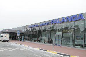 Keleiviai stringa oro uosto eilėse