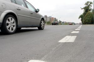Užliedžių gyventojams nerimą kelia pilkas automobilis