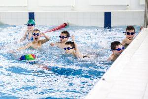 Dažniausi mitai apie vaikų mokymą plaukti
