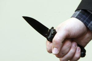 Girtas tėvas sūnų puolė su peiliu