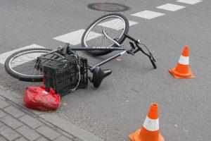 Per avariją dviratis lūžo į tris dalis