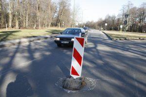 Nepastebėtos duobės kelyje kaina – 3 tūkst. eurų