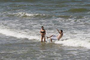 Saulė poilsiautojus suginė į paplūdimius