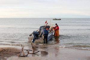 Pasieniečiai skubėjo į pagalbą tinkluose įsipainiojusiems žvejams