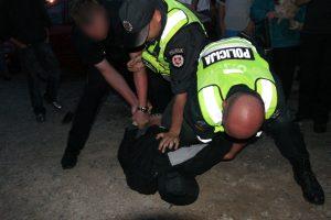 Sulaikomas vyras besipriešindamas sulaužė pareigūnui kojos pirštą