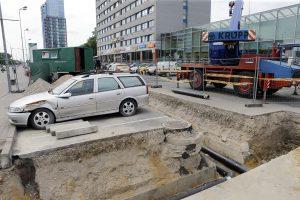 """Darbininkai Klaipėdoje apkasė daužtą """"Opel"""""""