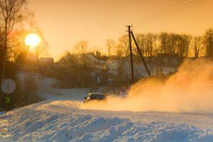 Žiemos ralyje – išskirtiniai automobiliai ir žinomi lenktynininkai