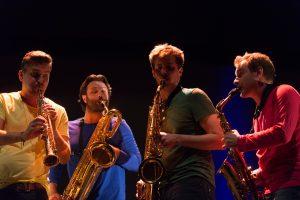 """""""Permainų muzika"""": keturi saksofonai ir orkestras"""