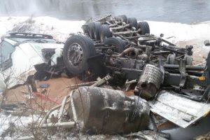 Nuo tilto per Merkio upę nulėkė sunkvežimis